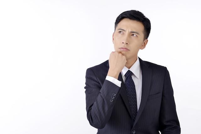 問題について考える男性
