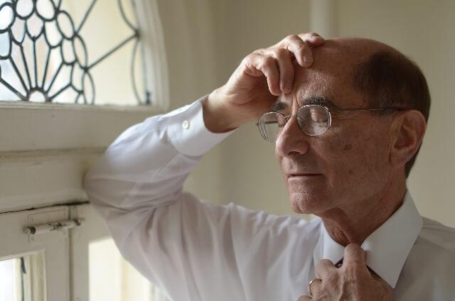加齢黄斑変性症に悩む男性