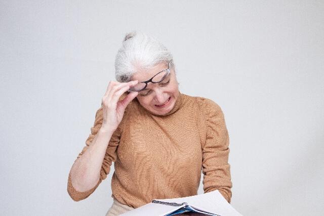 老眼に悩む外国人女性